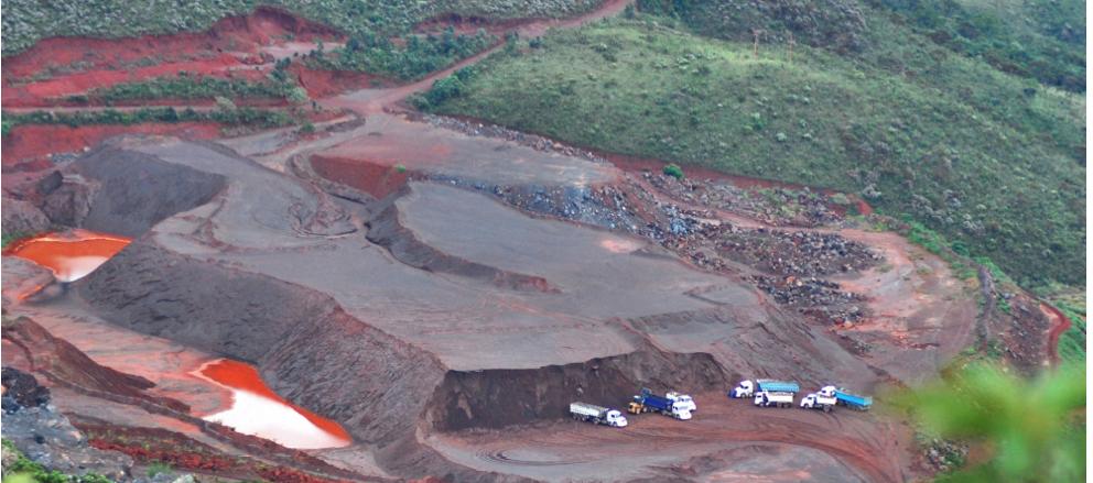 Mineração na Serra da Piedade (Caeté/Sabará) by Alice Okawara